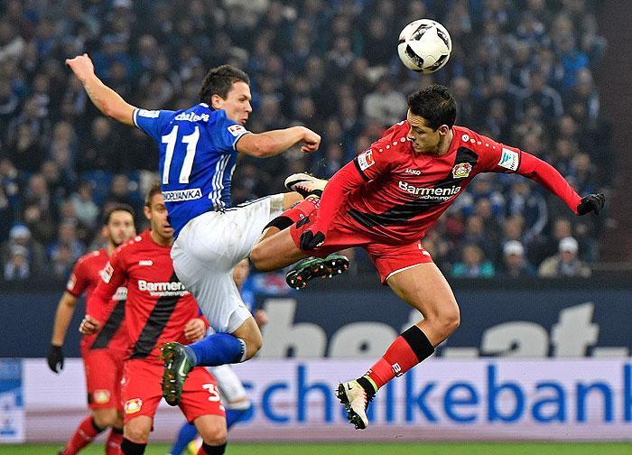 20161211_PD5452 (RM) Javier Hernandez (Leverkusen) Yevhen Konoplyanka (Schalke) © Martin Meissner / AP / picturedesk.com