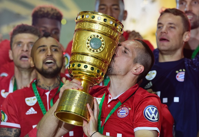 Download von www.picturedesk.com am 18.08.2016 (10:03).  TOPSHOT - Bayern Munich's French midfielder Franck Ribery holds the trophy as he and his teammates celebrate winning the German Cup (DFB Pokal) final football match Bayern Munich vs Borussia Dortmund at the Olympic stadium in Berlin on May 21, 2016. / AFP PHOTO / TOBIAS SCHWARZ / RESTRICTIONS: ACCORDING TO DFB RULES IMAGE SEQUENCES TO SIMULATE VIDEO IS NOT ALLOWED DURING MATCH TIME. MOBILE (MMS) USE IS NOT ALLOWED DURING AND FOR FURTHER TWO HOURS AFTER THE MATCH. == RESTRICTED TO EDITORIAL USE == FOR MORE INFORMATION CONTACT DFB DIRECTLY AT +49 69 67880 / - 20160521_PD12715 - Rechteinfo: Nur für redaktionelle Nutzung! - Editorial Use Only! Werbliche Nutzung nur nach Freigabe!