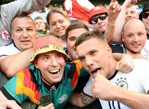 Lukas Podolski mit Fans - Arne Dedert / dpa / picturedesk.com