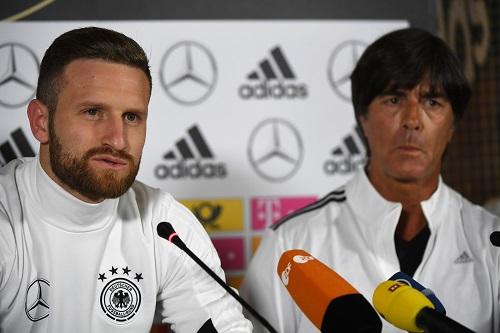 Mustafi & Löw - credits: PATRIK STOLLARZ / AFP / picturedesk.com