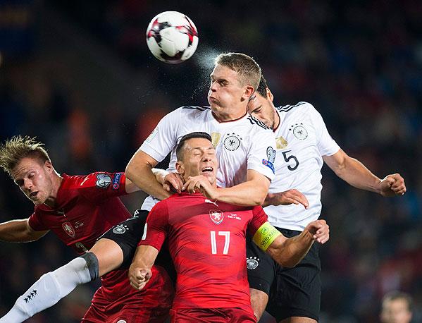 20170901_PD11520 (RM) Matthias Ginter, Mats Hummels Deutschland 2017 © ROBERT MICHAEL / AFP / picturedesk.com