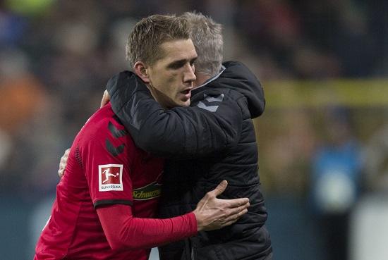 Nils Petersen umarmt Christian Streich - Steffen Schmidt/dpa - 20171212_PD10501